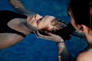 Sesión de terapia craneo sacral en el agua